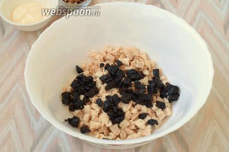 Когда куриное филе будет готово, его следует остудить и нарезать кубиками. Также нарезать чернослив. Сложить ингредиенты в большой салатник.