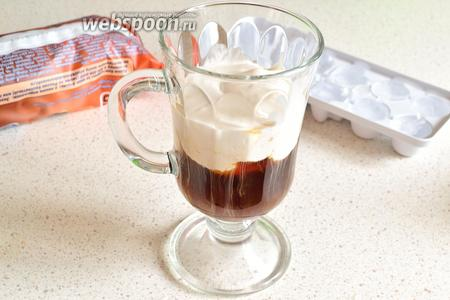 Теперь собираем коктейль. Сначала наливаем холодный кофе. Затем выкладываем на него аккуратно взбитый со льдом пломбир.