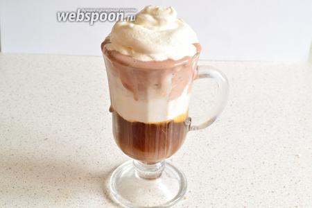 На пломбир выложить взбитое со льдом шоколадное мороженное. Сверху украшаем сливками. Сливки можно ещё посыпать тёртым или растопленным шоколадом. Сразу подаём. Перед употреблением, все ингредиенты надо перемешать ложечкой или трубочкой. Кофеман останется доволен.