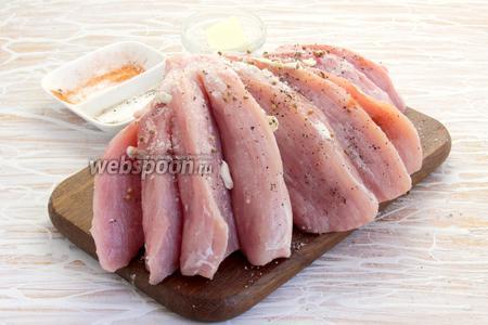 Мясо вымыть, высушить, сделать глубокие надрезы, щедро промазать маслом, посыпать выбранными специями.