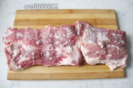 Свиную шейку помыть и разрезать по кругу. Должен получиться пласт мяса. Его нужно посолить и поперчить по вкусу.