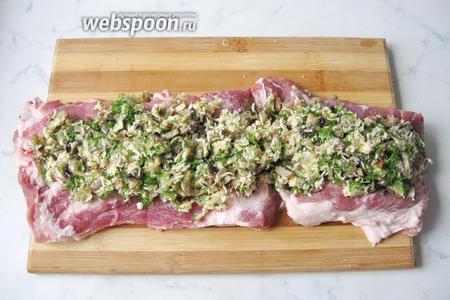 На пласт свинины выложить начинку.