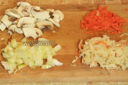 Примерно за 1 час до конца варки, приступаем к приготовлению гарнира. Подготовим ингредиенты: нарежем лук, грибы, морковь.