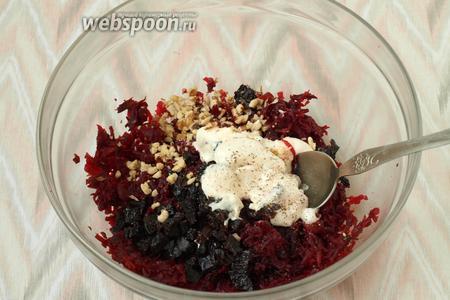 Добавить в салат нарубленные грецкие орехи, посолить и добавить майонез.