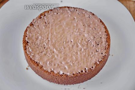 Начинаем сборку торта. Нижний корж смазываем шоколадом, даём шоколаду немного застыть.
