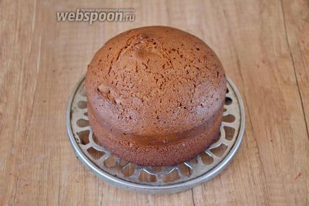 Готовый бисквит достаём из формы, ставим на решётку, и даём полностью остыть.