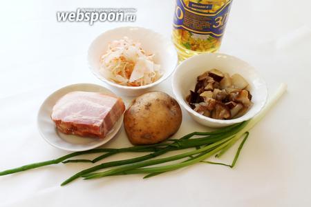 Для салата взять картофель, грибы, капусту, лук, грудинку, масло, перец.