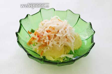 Сверху уложить горкой отжатую капусту (она не должна быть слишком кислой, если кислая, то её следует промыть в горячей воде и добавить сахар).
