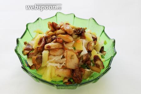 На капусту уложить грибы вместе с маслом, в котором они жарились. Добавить немного ароматного масла.