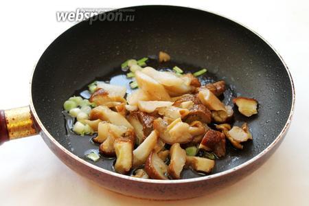 Добавить размороженные и крупно нарезанные грибы.