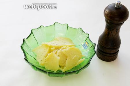 Ломтики уложить в салатник по кругу, присолить, поперчить.