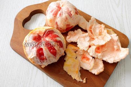 Далее снимаем с грейпфрутов белую мякоть.
