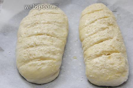 Смазать 1 яйцом и посыпать обильно кунжутом (1 ст. л.).
