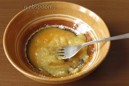 Смешиваем желтки с сахаром. Сладкоежки могут увеличить количество сахара.