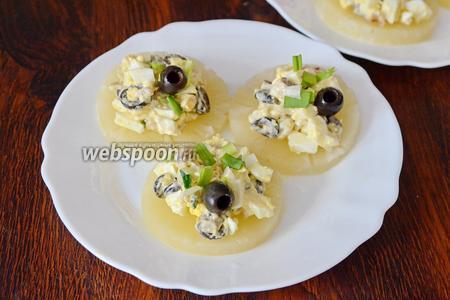 Затем украшаем дополнительно оливками и подаём на стол. Приятного аппетита!