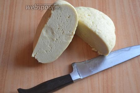 Выбрать тесто, разделить на 2 равные части. Включить духовой шкаф на 200°С.