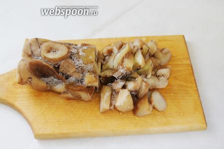 Отваренные грибы (1 кг), нарезанные крупными кусками, я замораживаю вот такими «колбасками» — очень удобно использовать в дальнейшем: чуть разморозив (можно в микроволновке минут 5), колбаску нарезать на кусочки нужного размера для обжарки или тушения, или измельчения, как сейчас.
