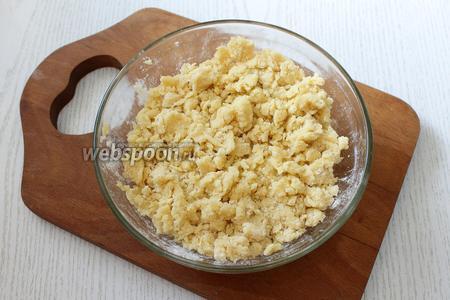 Для крошки перетираем между собой масло сливочное (80 г), сахар (2 ст. л.) и 1 стакан муки.