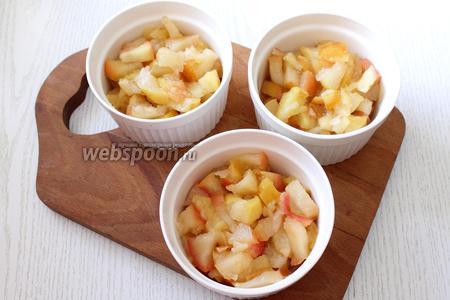 В формы для запекания выкладываем яблоки.