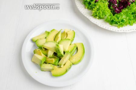 1 авокадо очистить. Взбрызнуть лимонным соком 1 (ст. л.).