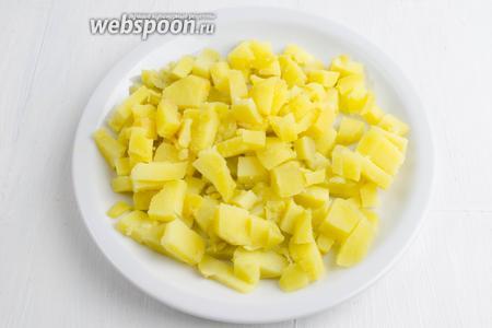 Картофель (2 штуки) отварить заранее. Очистить, нарезать кубиком.