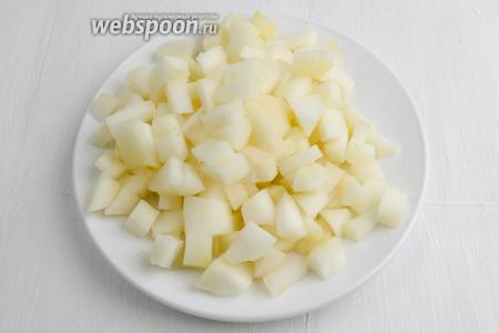 Моченые яблоки (3 штуки) очистить от кожуры. Удалить сердцевину. Нарезать кубиком.