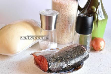 Подготовим продукты: тесто дрожжевое, лук репчатый, рис, рыбу, соль, перец, масло растительное (лучше сливочное) и 1 яйцо.