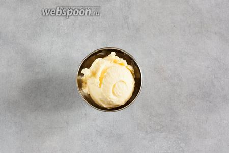 Готовое мороженое можно употреблять сразу — или заморозить в морозильной камере впрок. Свежеприготовленное мороженое кремистое, легко тает. Цвет — бледно-жёлтый (сравните на финальной фотографии с собственным цветом манго).