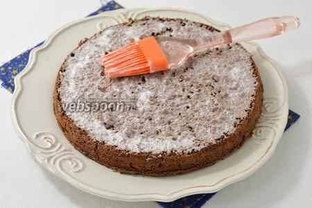 Бисквит разрезать на 2 коржа. Нижний пласт положить на блюдо и пропитать 5 ст. л. сливок.