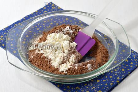 Соединить и просеять сухие ингредиенты: муку (80 г), какао (20 г), разрыхлитель (0,5 ч. л.).