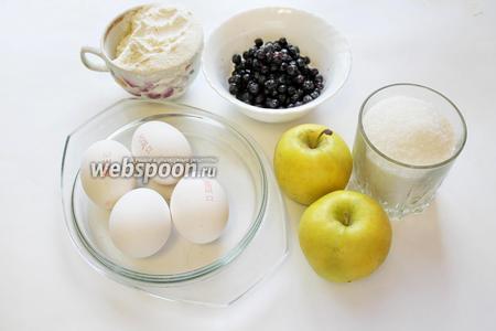 Для выпечки возьмём чернику, яблоки, муку, сахар, яйца, разрыхлитель, ванилин, по желанию — кипяток и масло.