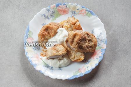 Сервируем, полив сметаной. Кстати, если не поливать сметаной, то картулипорсс можно есть и в холодном виде, в качестве перекуса. Свинина пропитывает картофельную оболочку своим соком — это очень вкусно!