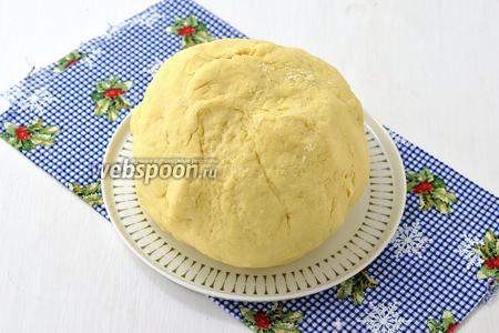 Замесить мягкое тесто, завернуть в пищевую плёнку и отправить в холодильник на 30 минут.