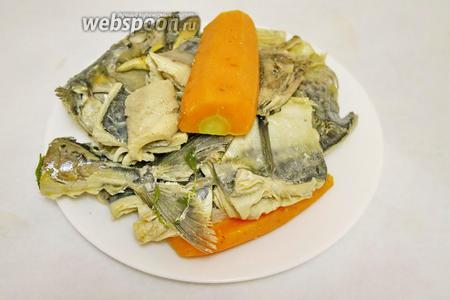 Когда рыба сварится, вынуть из бульона рыбу и овощи.