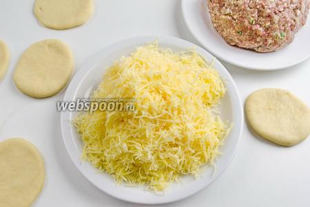 Приготовить 140 г тёртого сыра и фарш для начинки.