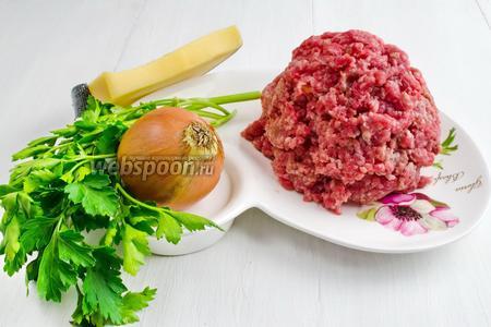 Тем временем приготовить начинку: 500 г фарша и тёртый сыр. Замесить фарш (свинина и говядина) с 1 измельчённым луком и 1 пучком зелени. Добавить 50 мл воды и 1 ч. л. соли, 30 г масла. Хорошо месить, взбивая.