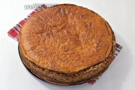 Выпекать пирог в предварительно разогретой до 170°С духовке 30 минут. Дальше снизить огонь до 145°С и выпекать 20-30 минут. Пирог при этом прикрыть сверху  пергаментной бумагой, чтобы он не подгорел.