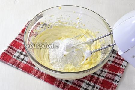 Масло (350 г) комнатной температуры взбить в пышную массу. В конце добавить сахарную пудру (100 г) и ещё раз взбить.