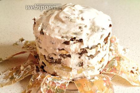 Через час достаем торт из холодильника и освобождаем его от формы. Бумажную форму нужно просто аккуратно разорвать. Крем к этому времени схватится. Торт уже будет держать форму.