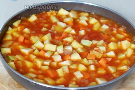 Туда же добавляем овощи, соль, перец. Тушим на среднем огне до готовности овощей (около 50 минут).