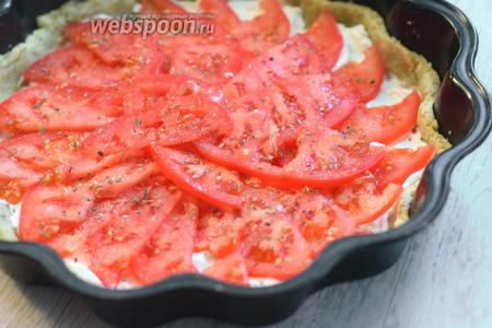 Выкладываем на сыр помидоры, присаливаем (1 щепотка) и посыпаем орегано (1 щепотка) или другими специями по вкусу.