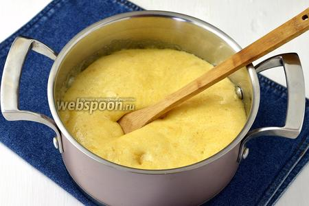 Как только сахар растворится, добавить мёд (3 ст. л.), довести до кипения и сразу добавить 2 ч. л. соды. Перемешать. Смесь очень увеличится в объёме. Кастрюлю сразу снять с огня.