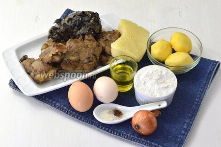 Для работы нам понадобится картофель, яйца, лук, сыр, мука, соль, перец, подсолнечное масло, замороженные отваренные лесные грибы.