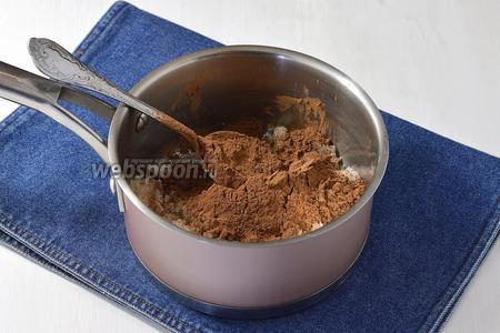 Какао (4 ст.л.) хорошо растереть с сахаром (4 ст.л.) для того, чтобы исключить образование комочков.