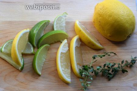 Нарезаем цитрусовые на тонкие ломтики, моем и обсушиваем тимьян, оставляем 1 дольку лайма и лимона, а также 1 веточку для украшения.