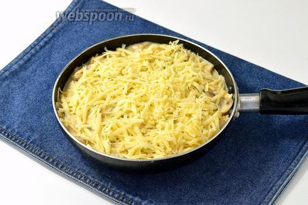 Посыпать сверху натёртым сыром (150 г). Накрыть крышкой и готовить ещё 2-3 минуты для того, чтобы сыр расплавился.