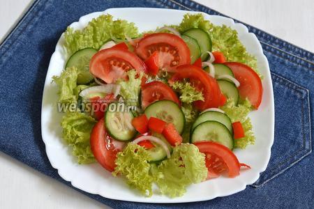 1 помидор порезать дольками и выложить на блюдо.