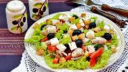 Фото рецепта Греческий салат с курицей и сухариками