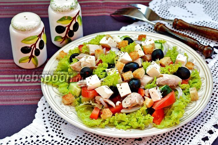 Фото Греческий салат с курицей и сухариками