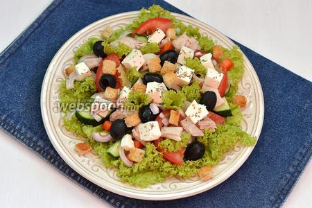 Сверху разложить Фетаксу, сухарики (40 г). Приправить салат прованскими травами (1 щепотка). Сбрызнуть оливковым маслом (3 ст. л.). Греческий салат с курицей и сухариками готов.